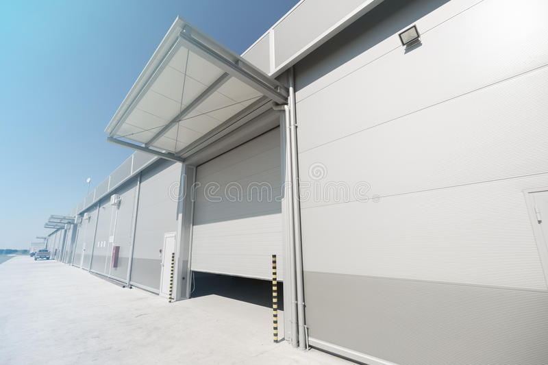 Bedrijfpakhuis die in openlucht bouwen stock afbeelding