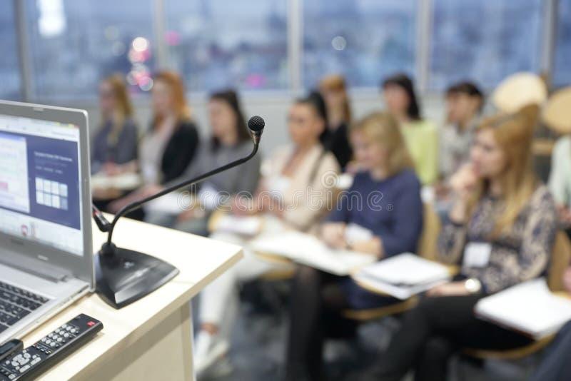 Bedrijfs achtergrond vaag beeld het publiek in de conferentieruimte stock foto's