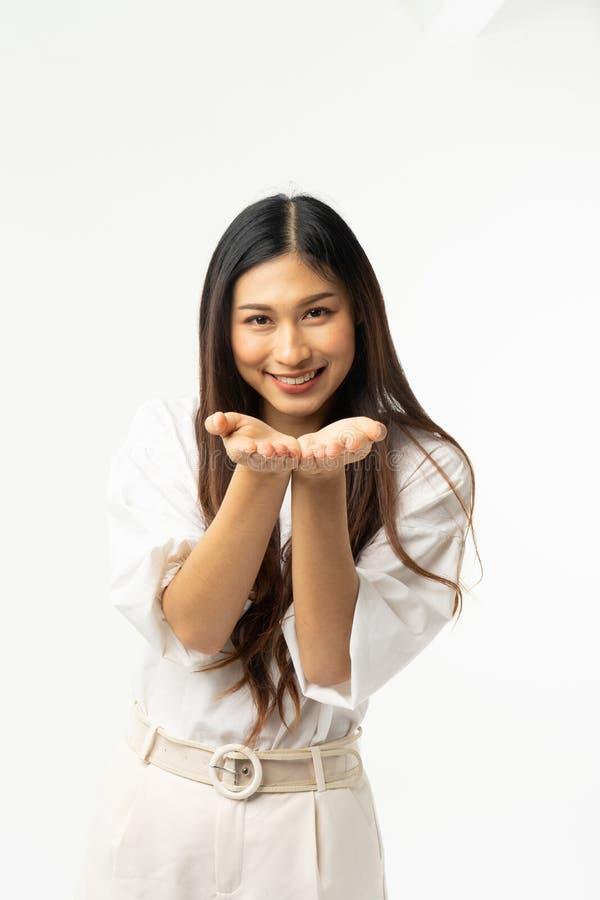 Bedrijfs Aziatische die vrouw op wit wordt geïsoleerd Jonge mooie Arabische vrouw die over geïsoleerd gelukkig gezicht als achter royalty-vrije stock afbeelding
