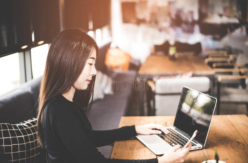 Bedrijfs Aziatische vrouwen die tabletcomputer met behulp van om met financiële gegevens in de het werkruimte te werken stock foto's