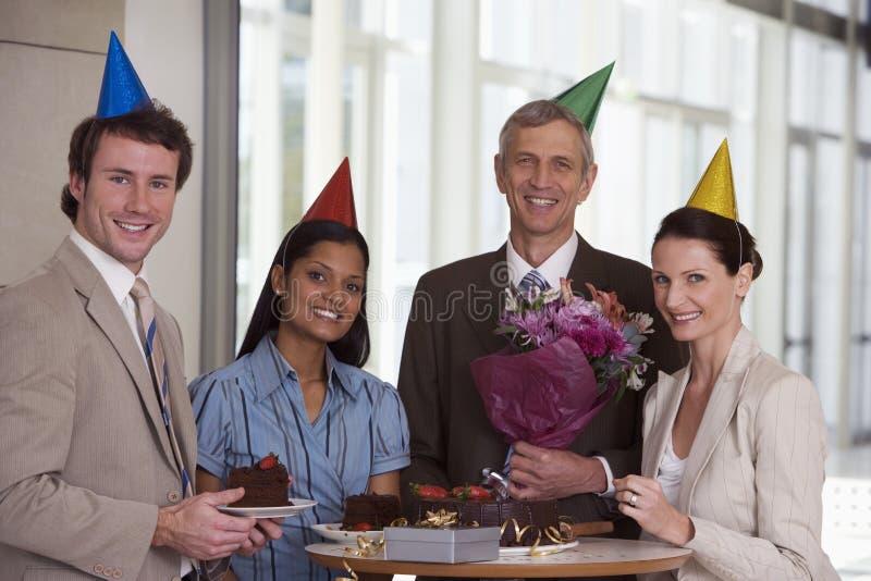 Bedrijfs collega's bij bureaupartij stock foto