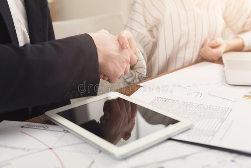 Bedrijfs collega's die handen schudden royalty-vrije stock foto's