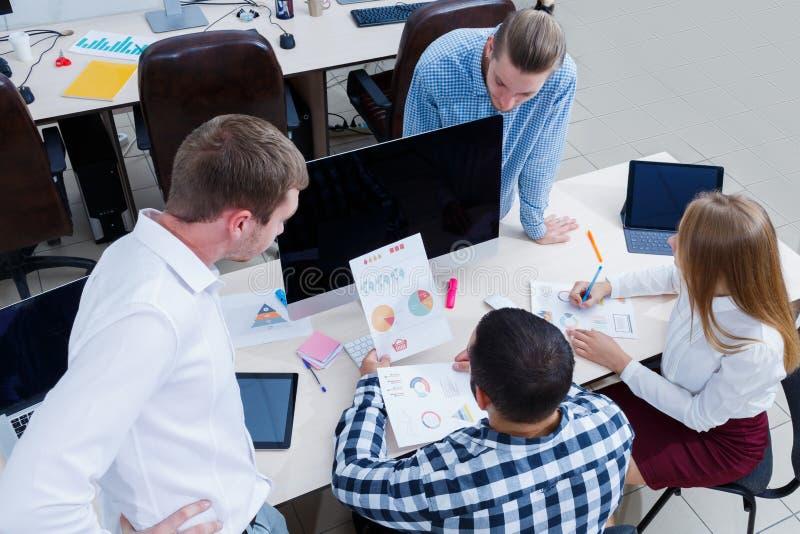 Bedrijfs commerciële vergadering in het bureau met jongeren stock foto's