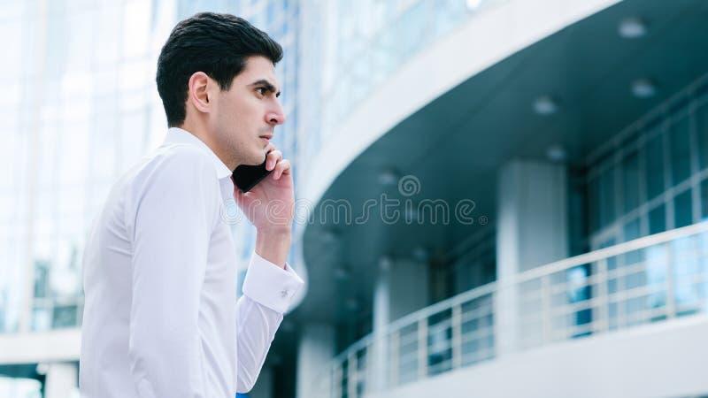 Bedrijfs communicatie mens die bezige levensstijl roepen royalty-vrije stock foto