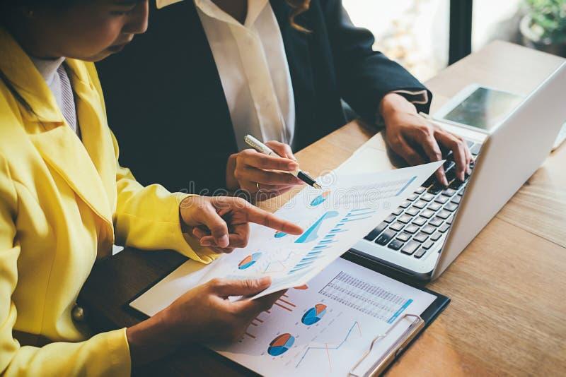 Bedrijfs concept Bedrijfsmensen die de grafieken bespreken en grap royalty-vrije stock afbeelding