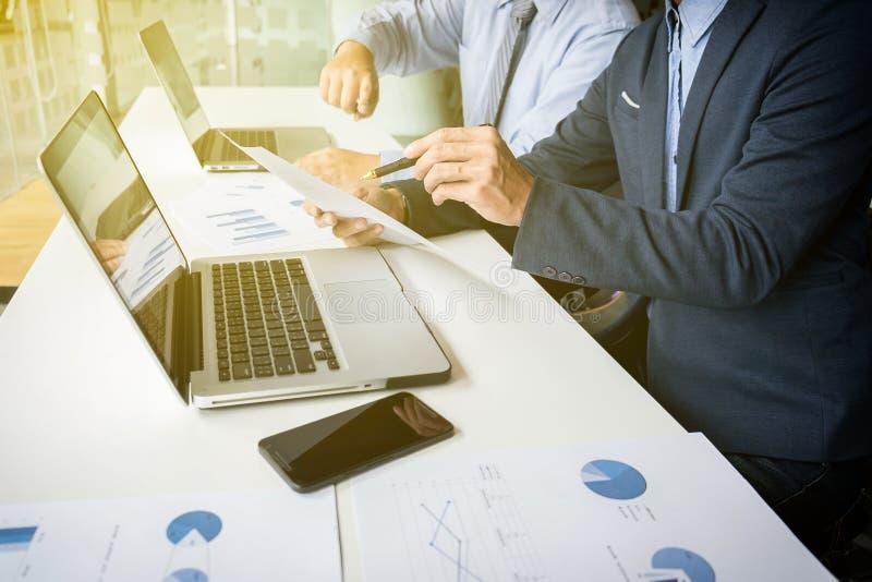 Bedrijfs concept Bedrijfsmensen die de grafieken bespreken en grap stock foto