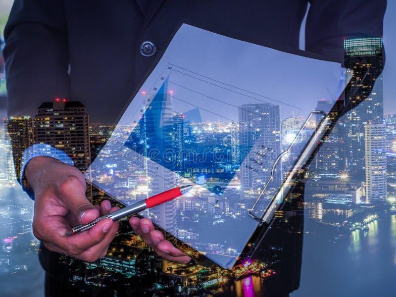 Bedrijfs concept Bedrijfsmensen die de grafieken en de grafieken bespreken die de resultaten van hun succesvol groepswerk tonen stock fotografie