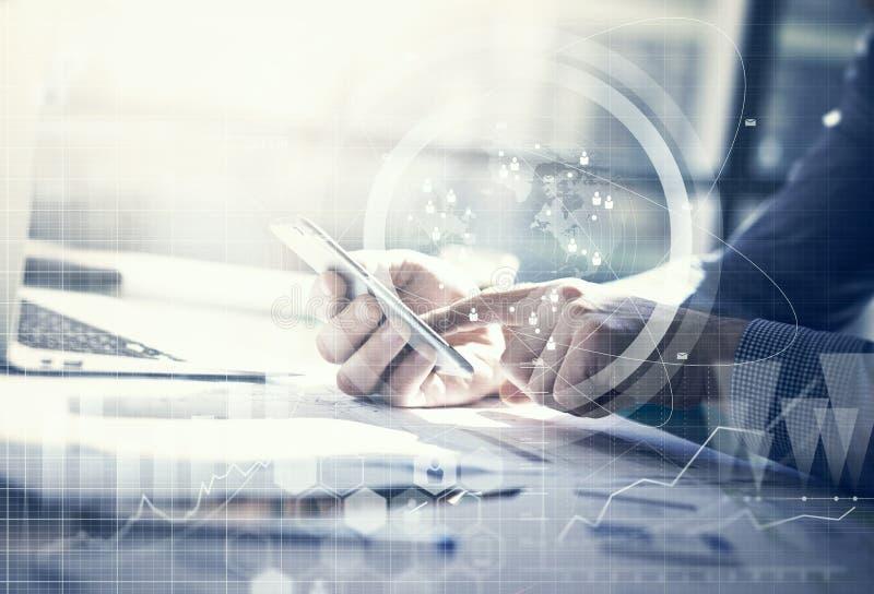 Bedrijfs concept Zakenman die generische ontwerplaptop werken Wat betreft het schermsmartphone Verbindingstechnologie wereldwijd stock foto