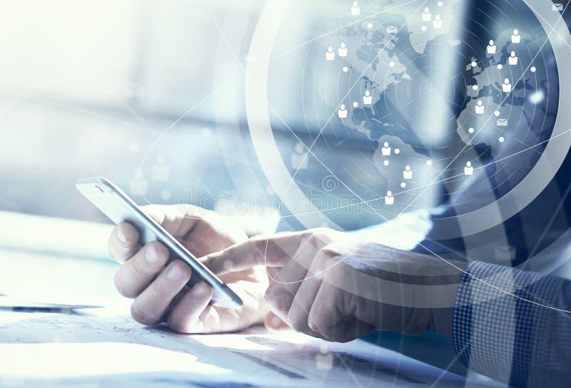 Bedrijfs concept Zakenman die generische ontwerplaptop werken Wat betreft het schermsmartphone Verbindingstechnologie wereldwijd royalty-vrije stock fotografie