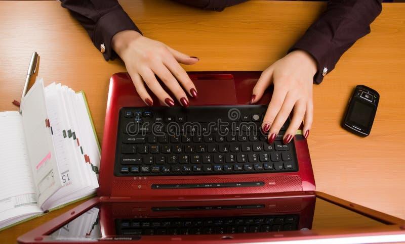Bedrijfs dame bij bureau het schrijven. stock foto
