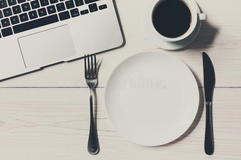 Bedrijfs of dieetconcept, werkplaats met laptop en lege plaat stock foto