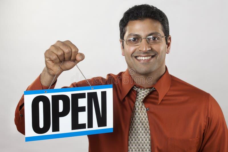 Bedrijfs eigenaar die Open Teken houdt royalty-vrije stock foto