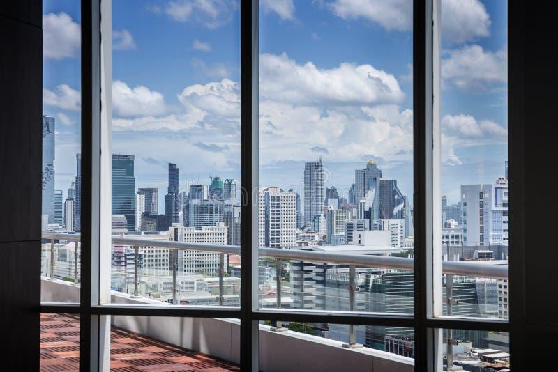 Bedrijfs Eigentijds Vergaderzaalbureau het Werk Concept met kadervenster en stadsachtergrond royalty-vrije stock foto