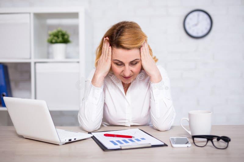Bedrijfs en faillissementsconcept - portret van droevige of vermoeide rijpe bedrijfsvrouw in bureau stock fotografie