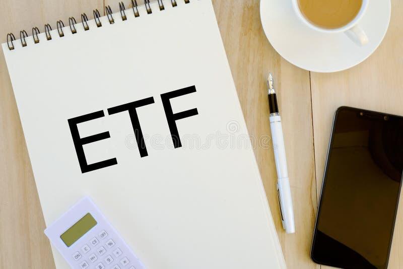 Bedrijfs en financiënconcept De hoogste mening van calculator, mobiele die telefoon, pen en notitieboekje met ETFExchange wordt g royalty-vrije stock fotografie