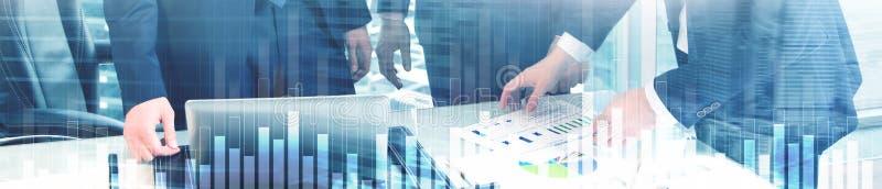 Bedrijfs en financiëngrafiek op vage achtergrond Handel, investering en economieconcept De banner van de websitekopbal stock foto