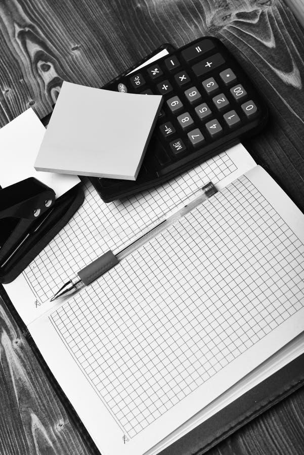 Bedrijfs en het werkconcept: Kantoorbehoeften en leer behandeld notitieboekje stock fotografie