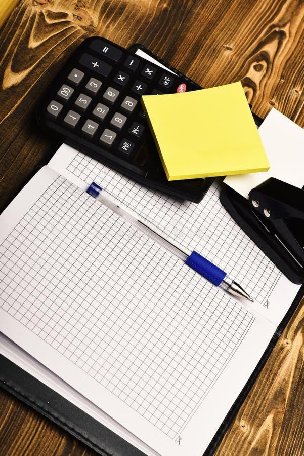 Bedrijfs en het werkconcept: Kantoorbehoeften en leer behandeld notitieboekje royalty-vrije stock afbeeldingen
