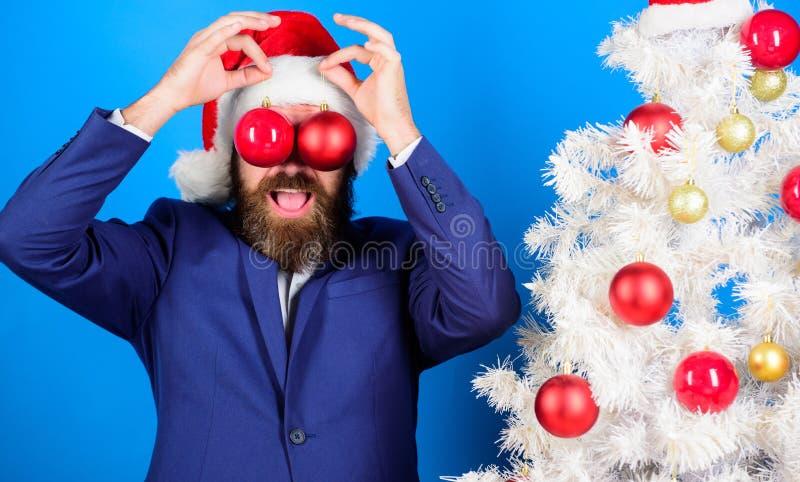 Bedrijfs en Kerstmisconcept De decoratie van de Kerstmisbal van de kerstmangreep Vakantie voor pret wordt bedoeld die De zakenman stock afbeelding