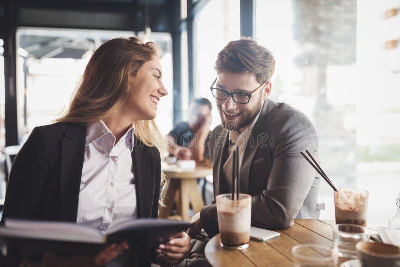 Bedrijfs en mensen die samen spreken lachen stock afbeelding