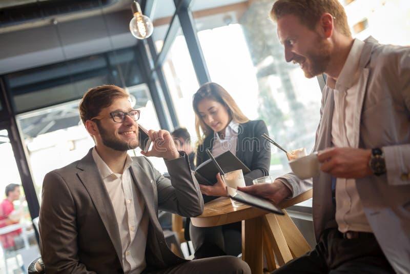 Bedrijfs en mensen die samen spreken lachen stock fotografie