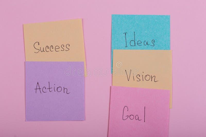 Bedrijfs en succesconcept - kleurrijke kleverige nota's met woordensucces, actie, doel, visie, idee royalty-vrije stock foto's