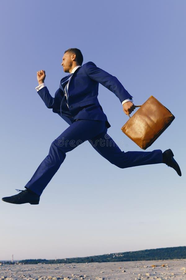 Bedrijfs en succesconcept projectleider met ernstige gezichtsuitdrukking De zakenman maakt groot op carrière opvoeren stock afbeelding
