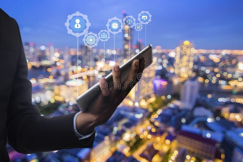 bedrijfs en technologieconcept, de tablet van de zakenmanholding op n royalty-vrije stock foto