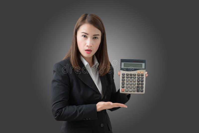 Bedrijfs geïsoleerde vrouw met calculator, stock fotografie