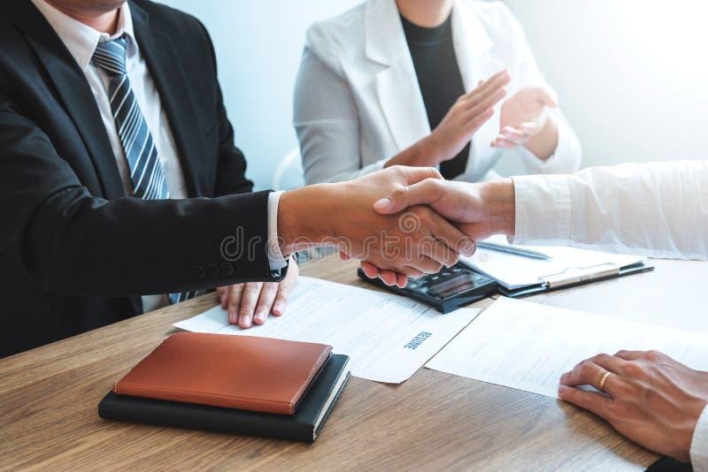 Bedrijfs het Schudden handen die nieuwe collega's begroeten na tijdens het Concept van het baangesprek stock fotografie