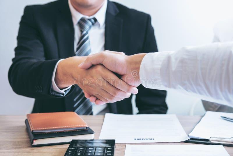 Bedrijfs het Schudden handen die nieuwe collega's begroeten na tijdens het Concept van het baangesprek stock afbeeldingen