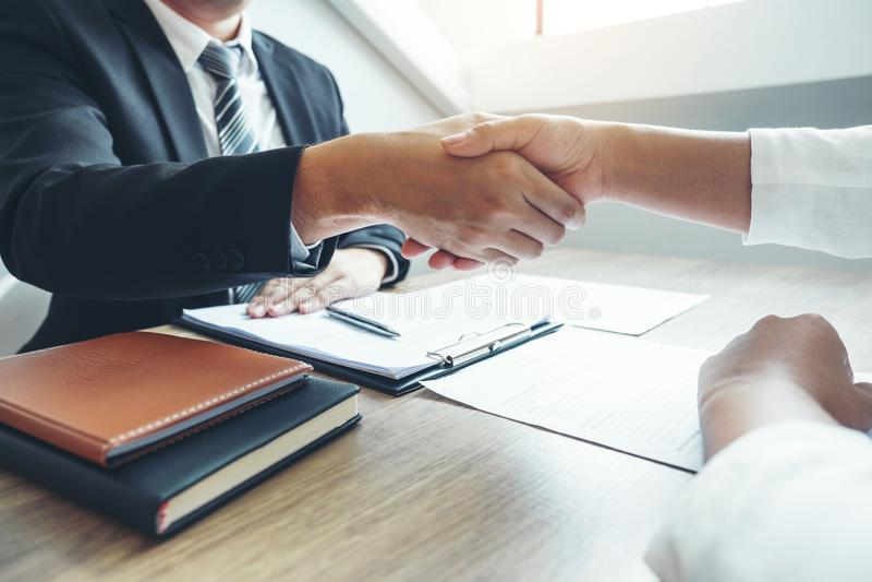 Bedrijfs het Schudden handen die nieuwe collega's begroeten na tijdens het Concept van het baangesprek royalty-vrije stock afbeeldingen