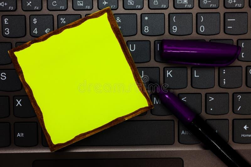 Bedrijfs Leeg malplaatje voor Lay-out voor van de de kaartbevordering van de uitnodigingsgroet van de de affichebon Geel het docu royalty-vrije stock afbeelding