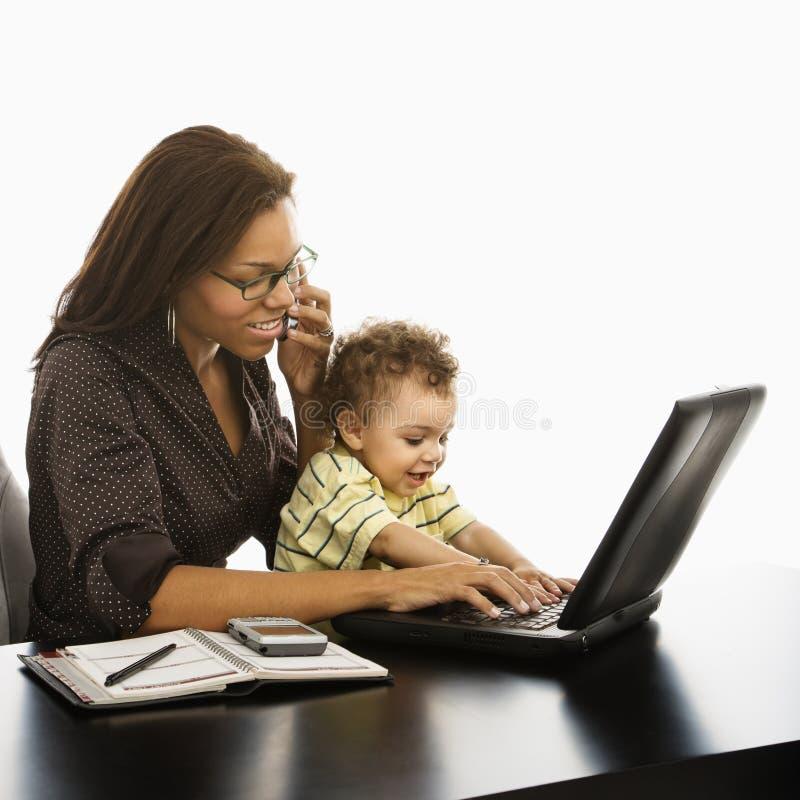 Bedrijfs mamma met baby. stock afbeeldingen
