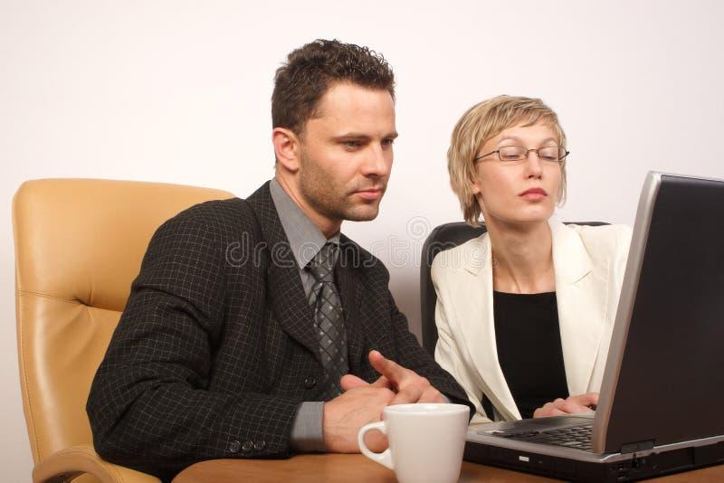 Download Bedrijfs Man & Vrouw Die 2 Samenwerken Stock Foto - Afbeelding bestaande uit beroep, professioneel: 292496