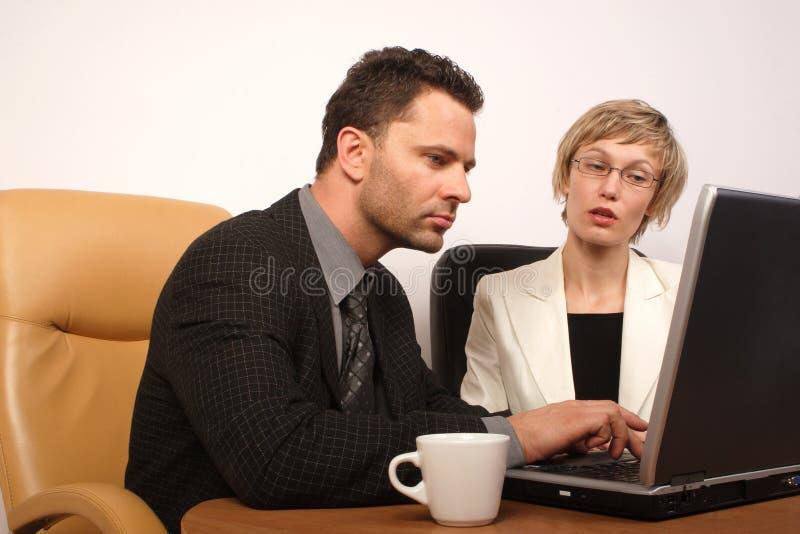Download Bedrijfs Man & Vrouw Die 3 Samenwerken Stock Afbeelding - Afbeelding bestaande uit mededeling, stoel: 292497