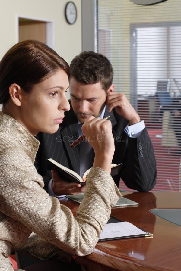 Bedrijfs man en vrouw die in het bureau spreken royalty-vrije stock afbeelding