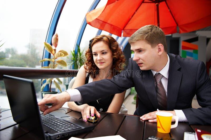 Bedrijfs man en vrouw die op lunch bespreken royalty-vrije stock fotografie