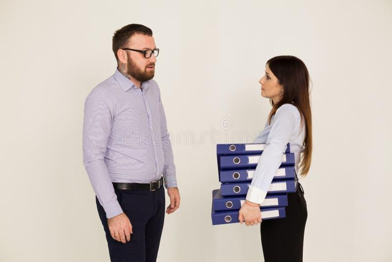 Bedrijfs man en vrouw in het bureau stock foto's