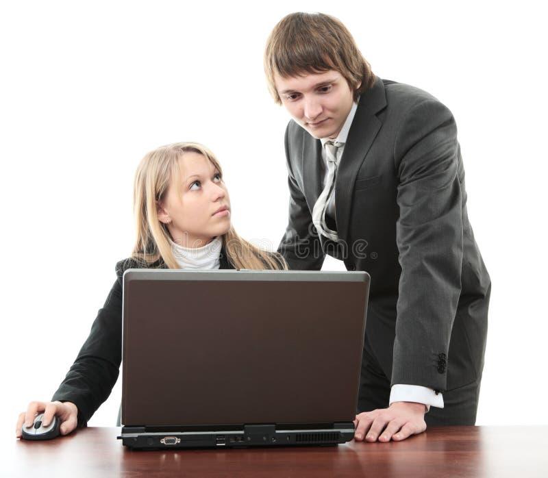 Bedrijfs man en vrouw met laptop stock foto's