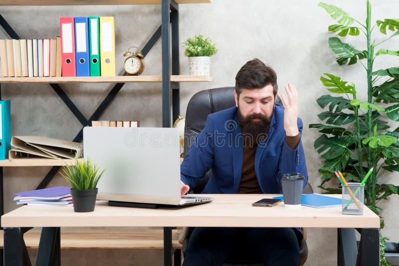 Bedrijfs mededeling Digitaal apparaat Zakenman in formele uitrusting Zekere laptop van het mensengebruik telefoon Chef- werkplaat stock foto