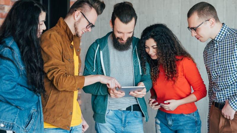 Bedrijfs meetup millennials die technologieën afpassen stock foto's