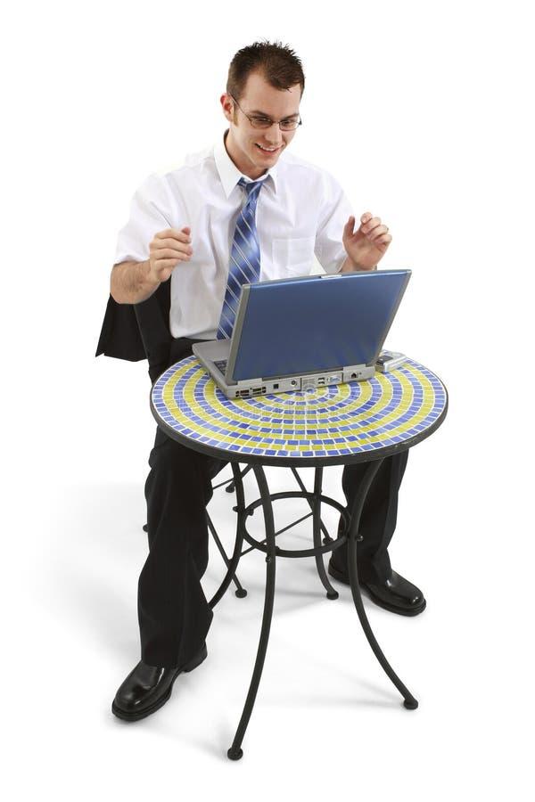 Bedrijfs Mens bij Lijst Bistro met het Werken aan Laptop stock fotografie