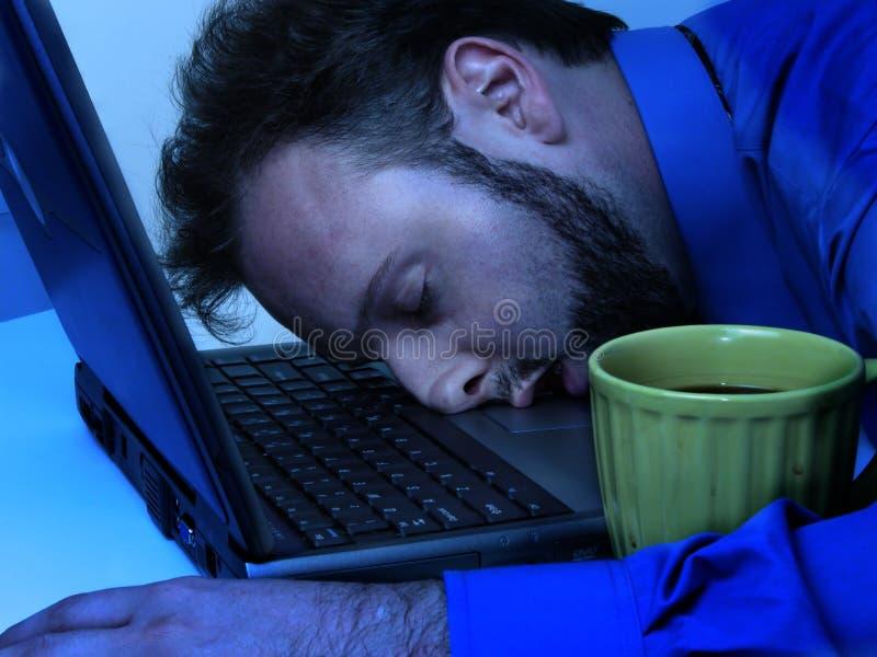 Bedrijfs Mens in Blauw dat (laat werkt) royalty-vrije stock foto's