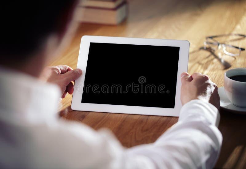 Bedrijfs mens die aan digitale tablet werkt stock afbeelding