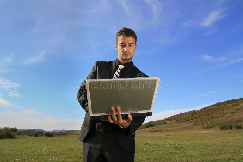 Bedrijfs mens die aan laptop werkt royalty-vrije stock foto's