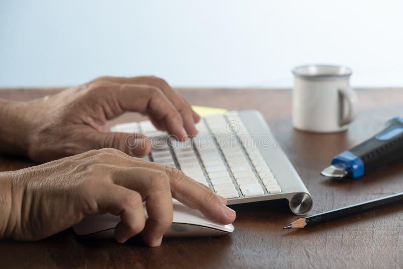 Bedrijfs mens die computer met behulp van stock fotografie