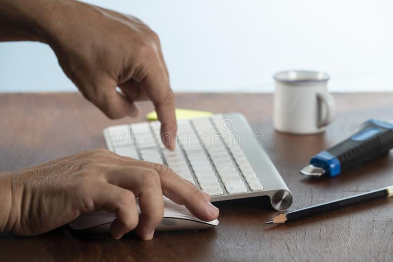 Bedrijfs mens die computer met behulp van stock afbeelding