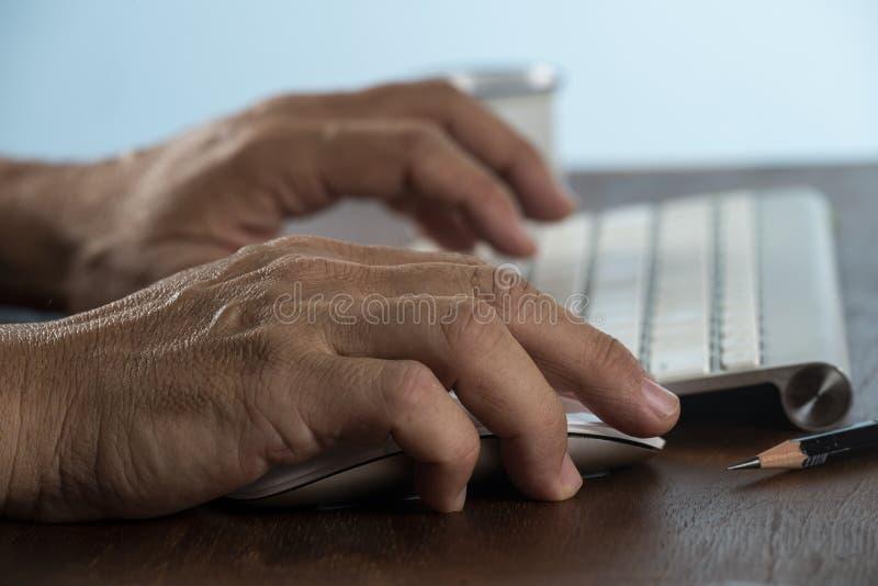 Bedrijfs mens die computer met behulp van stock foto's
