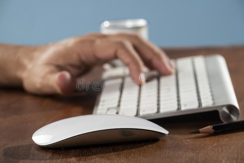 Bedrijfs mens die computer met behulp van royalty-vrije stock foto's